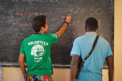 Voluntario de Microfinanzas ayudando a beneficiario