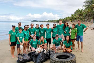 Voluntarios ambientales después de una limpieza de playa