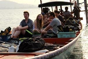 Un grupo de voluntarios de Projects Abroad apreciando el paisaje mientras viajan en un bote en Camboya