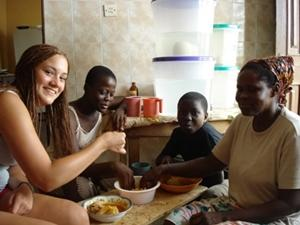 Projects Abroad volunteer spends time with Ghanaian host family