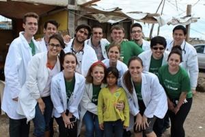 Voluntario de Projects Abroad junto a una niña pequeá en México