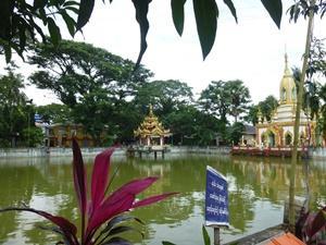 Una escena hermosa de un lago y un santuario en el monasterio local en Dala, Myanmar.