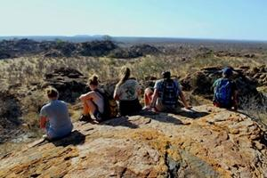 Un grupo de voluntarios de Projects Abroad apreciando la hermosa vista desde un cerro en Botswana, Sudáfrica