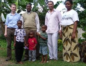 Voluntarios con familia hospedera de Tanzania