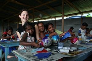 Voluntaria haciendo manualidades con un grupo de niñas y niños en Sri Lanka