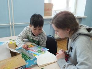 Voluntaria durante actividad didáctica con un niño en proyecto Social para adolescentes en Mongolia