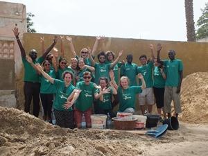 Un grupo de voluntarios de Projects Abroad sonríen a la cámara durante el proyecto de Construcción en Senegal