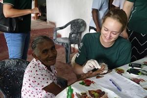 Un voluntario del Especial de Secundaria ayuda a controlar los niveles de azúcar en la sangre de una mujer de Sri Lanka