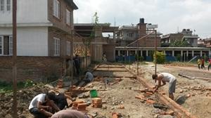 Voluntarios del Proyecto de Ayuda en Desastres poniendo ladrillos para construir escuelas para los niños en Nepal