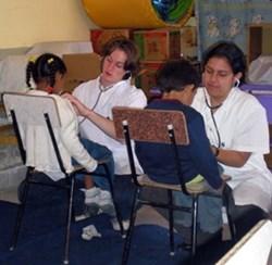 Voluntario de Secundaria durante programa médico comunitario en Bolivia