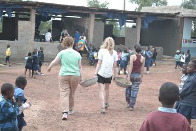 Voluntarias de Trabajo Social En Ghana Alternativas de 1 Semana trabajando en renovación de escuela