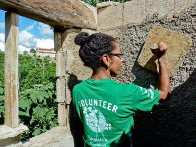 Voluntaria trabajando en su proyecto de Construcción en Jamaica