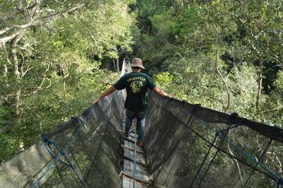 Voluntario de Conservación en puente colgante en Perú