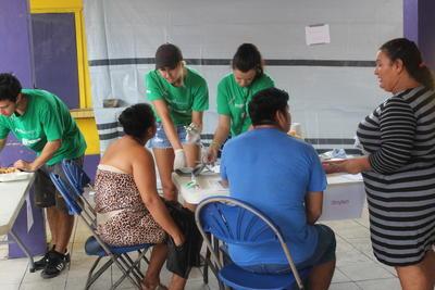 Voluntarios realizando chequeos médicos en Belice