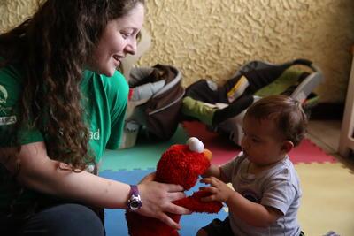 Voluntaria jugando con bebé en proyecto de Trabajo Social en Costa Rica