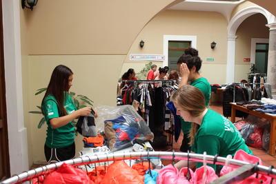Voluntarias ordenando ropa para ONG en México