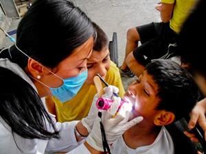 Voluntaria de Salud Pública en México realizando chequeo médico