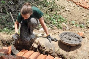 Una voluntaria participa en la construcción de una casa como parte del Programa de Apoyo Humanitario en Nepal