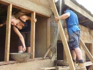 Voluntarios colocando soportes en proyecto de Construcción