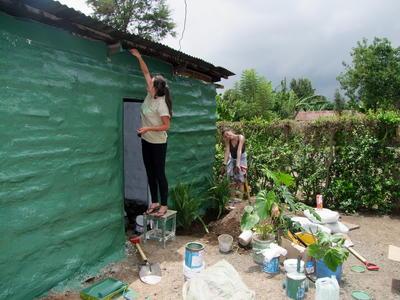 Voluntaria pintando una escuela en Tanzania