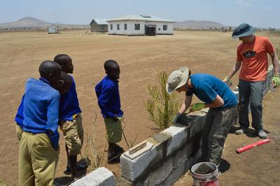 Voluntarios de Construcción trabajando en una barda en Tanzania