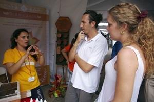 Un voluntaria de Negocios conversa con un miembro del personal y el director de desarrollo de pequeñas empresas para el municipio de Belén, después de un taller organizado por Projects Abroad
