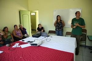 Un voluntario de Projects Abroad explica planes de negocio a dueños de restaurantes locales en Costa rica