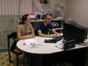 Pasantes de negocios trabajando en compañía de Mongolia
