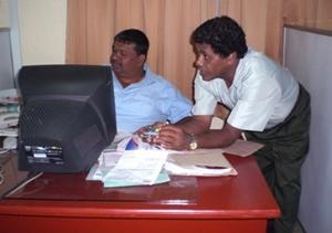 Empresarios locales trabajando en su oficina en Sri Lanka