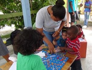 Niños participando de un juego educativo en un proyecto de Cuidado en Belice