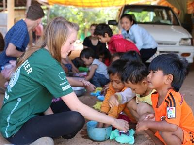 Una voluntaria enseñando a niños en un centro de cuidado en Camboya