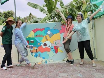 Voluntarias luego de pintar un mural en un centro de cuidado en el proyecto de Trabajo Social en Camboya