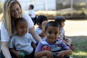 Niños de un centro del Proyecto de Trabajo Social en Costa Rica posan para la cámara