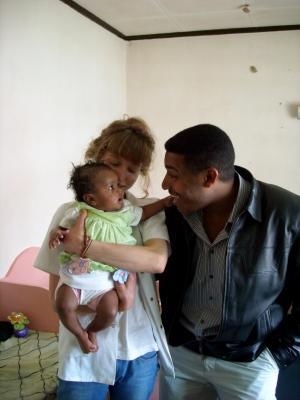 Voluntariado con equipo local y bebé en Etiopía
