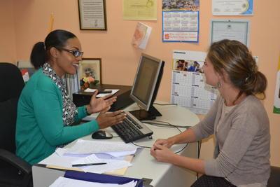 Voluntaria en Jamaica discute caso con colega local