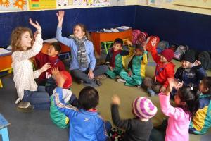 Voluntarias del proyecto de Trabajo Social de Projects Abroad realizando actividades interactivas con niños en una centro de cuidado en Nepal