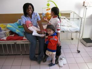 Voluntaria cuidando de niños de un centro de cuidado local en Rumanía