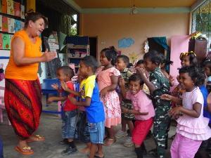 Voluntaria y niños bailando en Sri Lanka