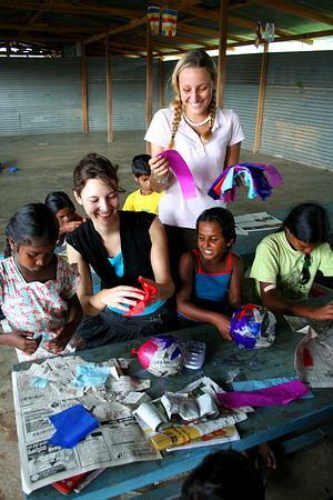 Voluntarias y niños jugando con globos en centro de cuidado en Sri Lanka
