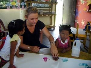 Voluntaria de Trabajo Social en actividades didácticas con niños en Sri Lanka
