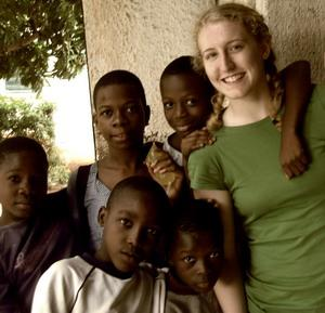 Voluntaria con niños locales en Togo
