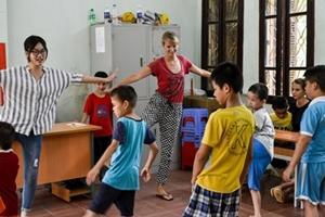 Voluntarias y equipo local durante ejercicios con los niños en Vietnam