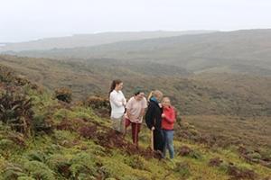 Un grupo de voluntarias en una pausa de su trabajo, apreciando la belleza de las Islas Galápagos, en el Proyecto de Conservación junto a Projects Abroad. /