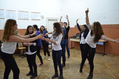 Voluntaria de teatro preparando a estudiantes para obra en Rumanía