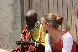 Voluntaria aprendiendo sobre las tradiciones masái en Tanzania