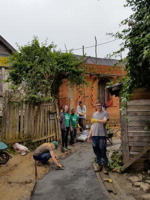 Voluntarios de Projects Abroad ayudan a construir un sendero para una escuela en Madagascar, en África.