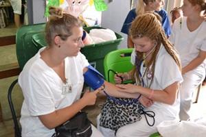 Voluntaria de Projects Abroad en Jamaica tomando la presión arterial en el programa Especial de Secundaria