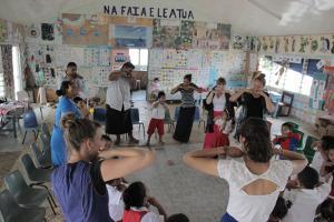 Volutnarios de Projects Abroad participan en juegos con niños en Samoa.