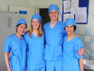 Voluntarios adolescentes de Medicina en un hospital extranjero