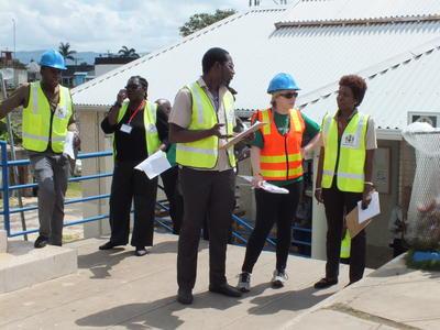 Voluntarios de manejo de desastres junto a personal local durante simulacro